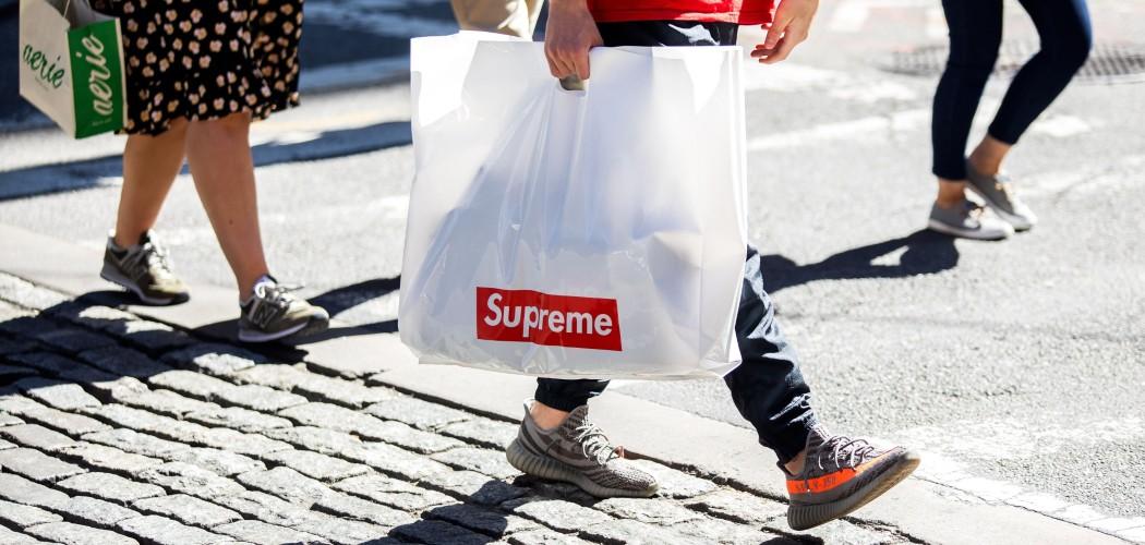 Konsumen membawa tas belanja produk Supreme di New York, AS, Rabu (25/9/2019). - Bloomberg/Demetrius Freeman\\r\\n
