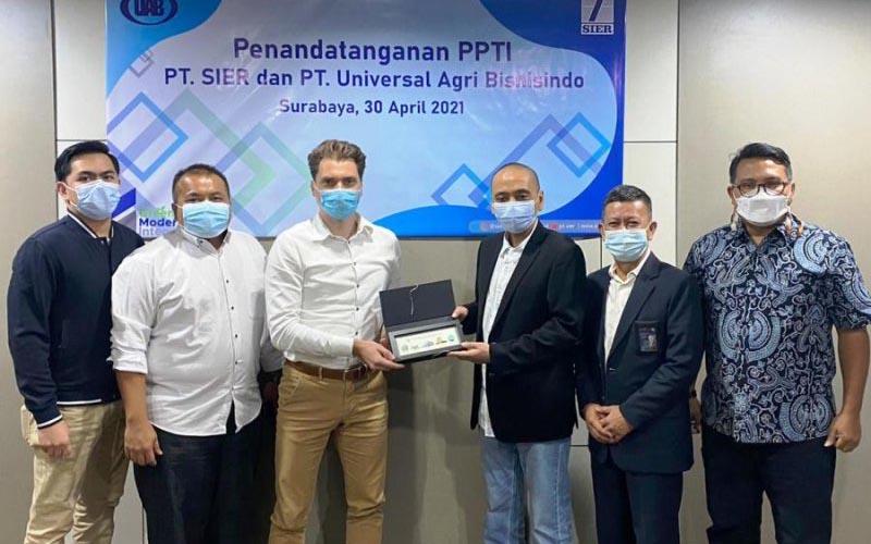 Direksi PT SIER yang juga menjadi pengelola Kawasan Industri PIER Pasuruan usai penandatanganan persetujuan investasi oleh perusahaan asal Belanda bernama De Heus melalui bendera PT Universal Agri Bisnisindo di Surabaya, Jumat (30/04/2021).  - ANTARA/HO/FA