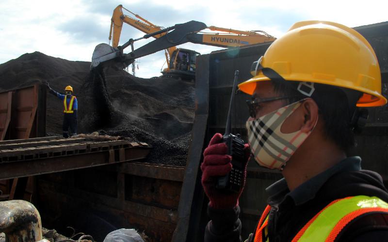 Pekerja dengan alat berat memindahkan cangkang sawit yang akan diekspor ke Thailand di Pelabuhan Bela-Belang, Kecamatan Kalukku, Mamuju, Sulawesi Barat, Senin (27/7/2020).  - Antara