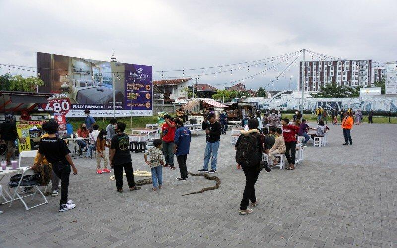 Suasana Ramadhan Food Truck Fest di area Plaza Barsa City, Jumat (30/4/2021). - JIBI/Herlambang Jati Kusumo