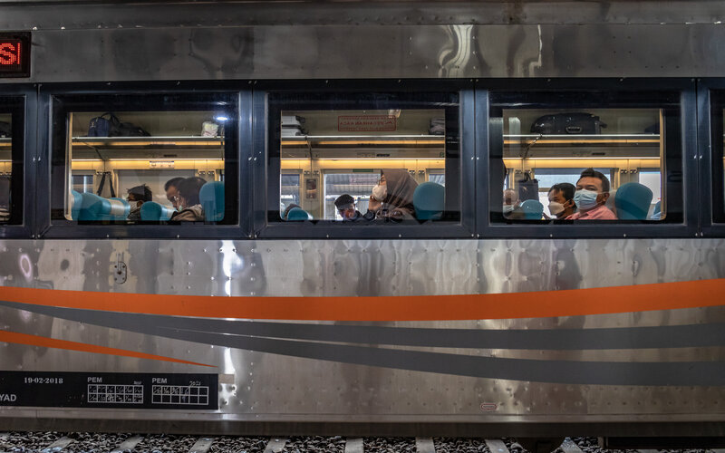 Penumpang duduk di dalam rangkaian Kereta Api (KA) Argo Bromo Anggrek tujuan Stasiun Gambir Jakarta di Stasiun Tawang, Semarang, Jawa Tengah, Rabu (28/4/2021). Menurut PT KAI (Persero) DAOP 4 Semarang, memasuki minggu ketiga bulan Ramadhan, jumlah penumpang yang naik maupun turun di 19 stasiun KA DAOP 4 Semarang belum mengalami kenaikan signifikan atau okupansinya mencapai rata-rata 7-11 persen dari 15.652 tempat duduk yang tersedia. - Antara/Aji Styawan.
