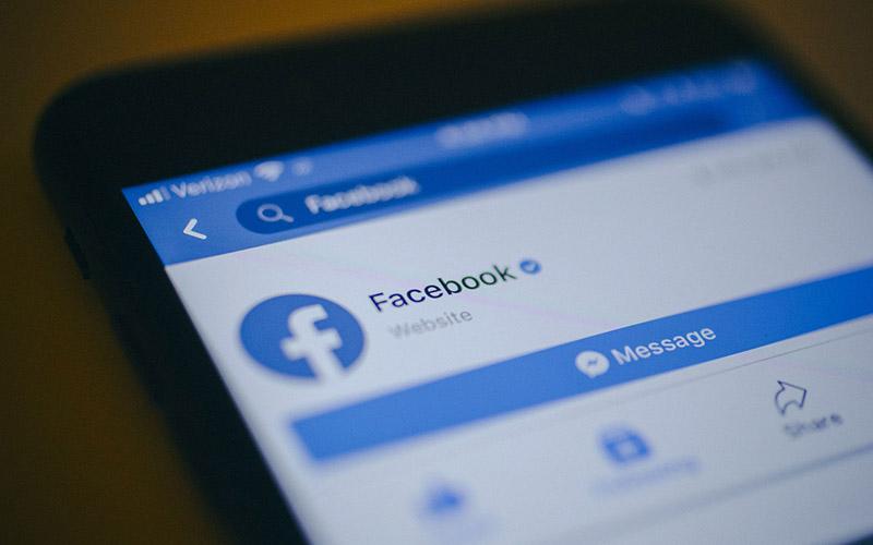 Tampilan aplikasi Facebook di smartphone.  - Bloomberg