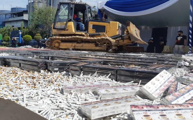 Ilustrasi: Pemusnahan rokok ilegal yang dilakukan Kantor Bea Cukai Palembang, Rabu (23/9/2020). Bisnis - Dinda Wulandari