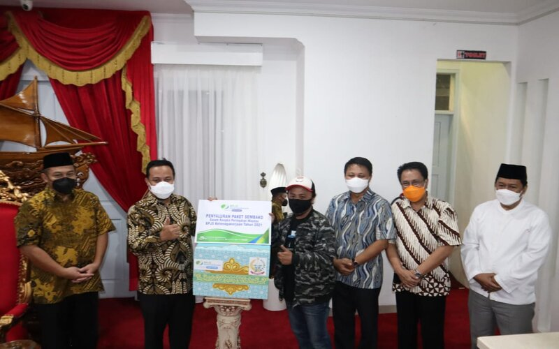 Penyerahan bantuan 520 paket sembako BP Jamsostek oleh Plt Gubernur Sulsel Andi Sudirman Sulaiman kepada perwakilan serikat pekerja dan buruh,  Jumat (30/4/2021). - Bisnis/Andini Ristyaningrum