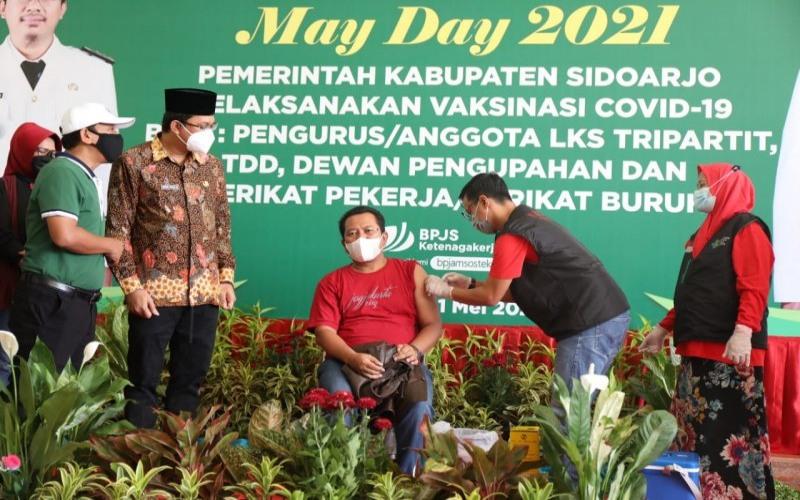 Pelaksanaan vaksinasi kepada buruh saat peringatan hari buruh internasional di Kabupaten Sidoarjo. - Antara Jatim/Pemkab Sidoarjo/IS