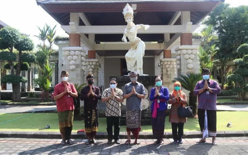 Wabup Badung I Ketut Suiasa (tengah) menerima Tim Kemendikbud dan Ristek, Kamis (29/4/2021).  - ANTARA
