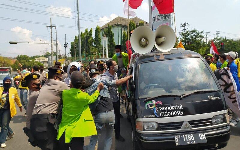 Puluhan mahasiswa dan buruh yang tergabung dalam Gerakan Rakyat Menggugat (Geram) menggelar aksi demontrasi di jalan Pantura Jerakah, Kota Semarang. - Bisnis/Alif N.