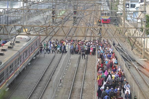 Calon penumpang menunggu KRL Commuter Line di Stasiun Tanah Abang Jakarta, Senin (26/10). - Antara