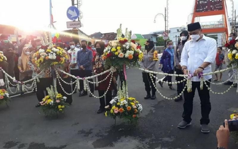 Menteri Sosial (Mensos) Tri Rismaharini dan Wali Kota Surabaya Eri Cahyadi bersama-sama meresmikan Jembatan Sawunggaling yang terkoneksi dengan Terminal Intermoda Joyoboyo, Kota Surabaya, Sabtu (1/5/2021). - Antara