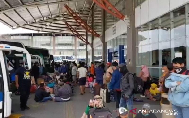 Penumpang bus berkerumun di area pemberangkatan bus Terminal Terpadu Pulogebang, Jakarta Timur, sehari menjelang Ramadan 1441 Hijriyah, Kamis (23/4/2020)./ANTARA - Andi Firdaus