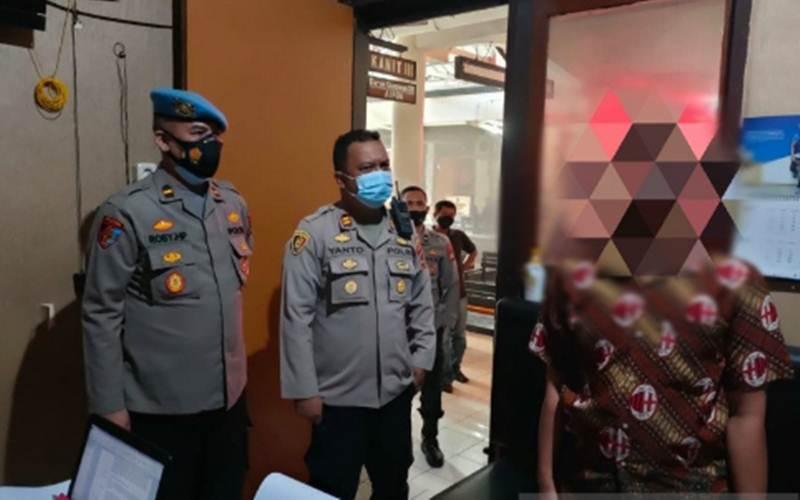 Pemuda bernisial HH, 24, saat dimintai keterangan akibat komentarnya di akun grup Facebook yang hina TNI dan kru Kapala Selam Nanggala-402./Antara - Istimewa