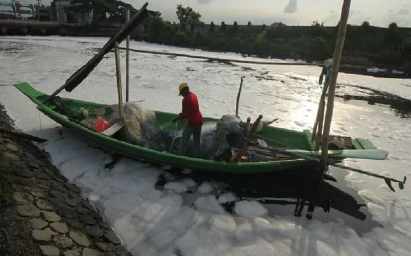 Ilustrasi: Nelayan beraktivitas di muara sungai. - Antara