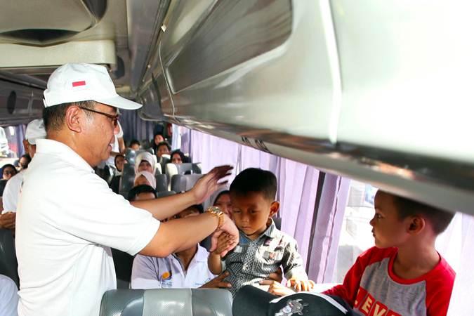 Direktur Utama Angkasa Pura I (Persero) Faik Fahmi (kiri) berbincang dengan peserta mudik sebelum melepas mudik gratis di Lapangan Parkir Rusunami, Kemayoran, Jakarta, Jumat (31/5/2019). - Bisnis/Abdullah Azzam