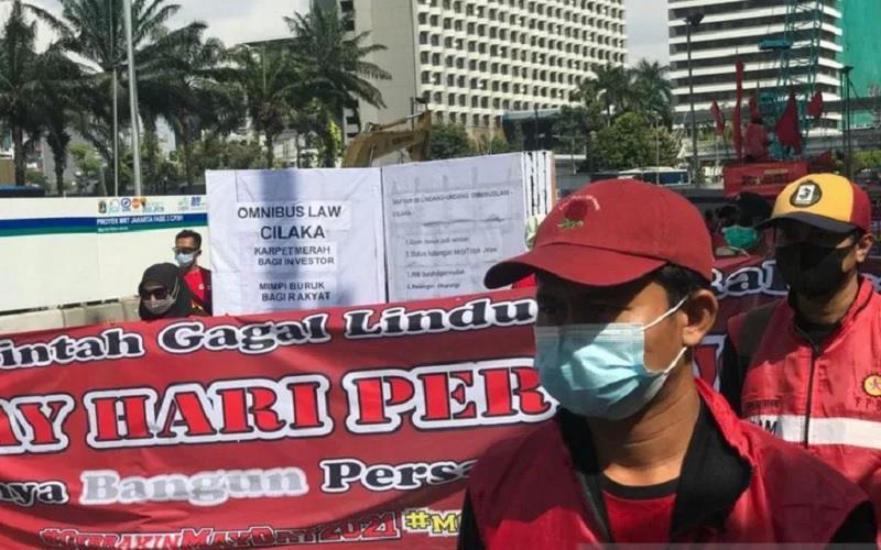 Buruh pedemo dari Konfederasi Kongres Aliansi Serikat Buruh Indonesia (KASBI) menyampaikan tuntutan pencabutan UU Cipta Kerja di Jakarta, Sabtu (1/5/2021). - Antara \r\n\r\n