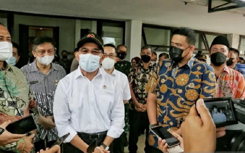 Menko PMK Muhajir Effendi menyaksikan pelaksanaan vaksinasi Covid-19 oleh kaum buruh di Aulia Pekan Raya Sumatra Utara, Medan, Sabtu (1/5/2021). - Antara