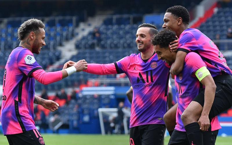 Para pemain Paris Saint-Germain termasuk Neymar da Silva Santos Jr. (kiri) merayakan gol ke gawang Lens yang dicetak kapten tim Marquinhos (kedua kanan). - Twitter@PSG_English
