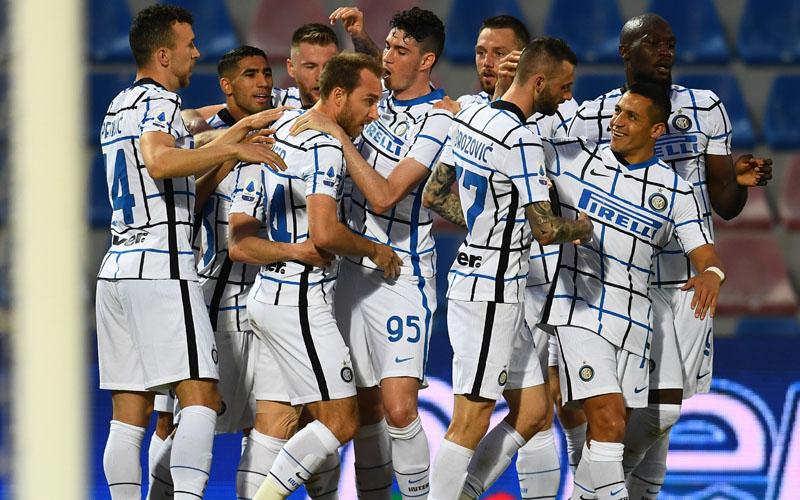 Para pemain Inter Milan merayakan gol ke gawang Crotone. - Twitter@Inter_en