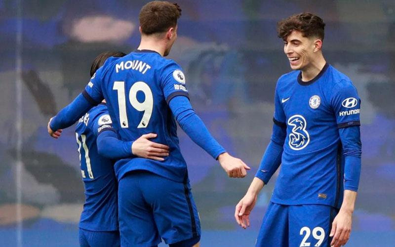 Pemain depan Chelsea Kai Havertz (kanan) setelah mencetak gol pertama ke gawang Fulham, merayakannya bersama mason Mount (tengah) dan Ben Chilwell. - PremierLeague.com