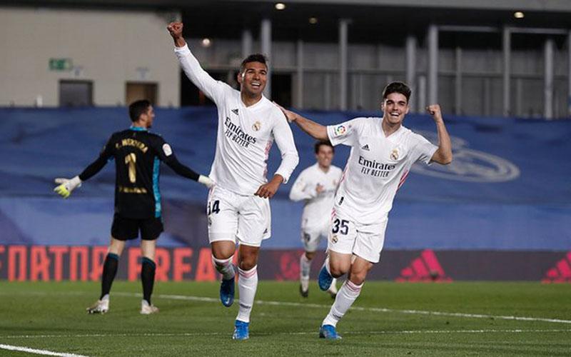 Pemain Real Madrid Casemiro (kiri) merayakan golnya ke gawang osasuna bersama Miguel Gutierrez. - Twitter@realmadriden