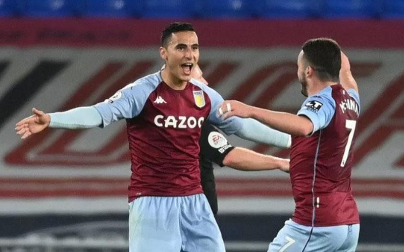 Dua pemain andalan Aston Villa, Anwar El Ghazi (kiri) dan John McGinn selepas menjebol gawang Everton./Antara - Reuters