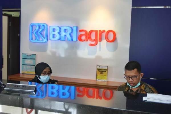 Karyawan melakukan aktivitas di kantor cabang PT BRI Agroniaga Tbk, Jakarta, Rabu (26/9/2018). - JIBI/Endang Muchtar