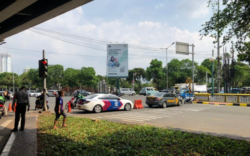 Pihak Kepolisian menutup salah satu ruas jalan KH Mas Mansyur yang menuju ke Pasar Tanah Abang, Minggu (2/5/2021).  - Akhirul Anwar