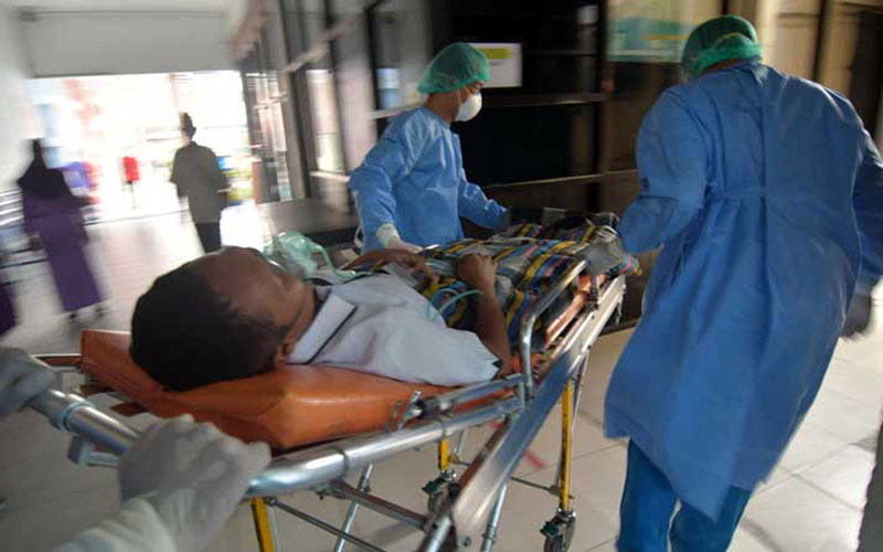 Ilustrasi penanganan pasien Covid-19./Antara - Mohamad Hamzah