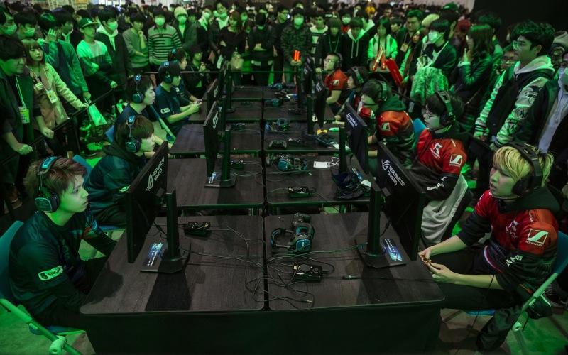 Para gamer dari dua tim e-sport berbeda sedang berkompetisi memainkan Call of Duty di Tokaigi Game Party Japan di Chiba, Jepang, Sabtu (26/1/2019). - Bloomberg/Shiho Fukada