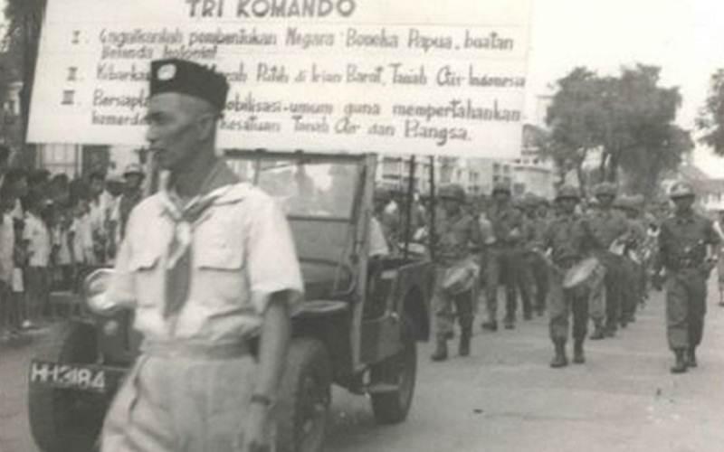 Tangkapan layar sejumlah kelompok masyarakat dan barisan tentara berpawai pada Rapat Tri Komando Rakyat pada bulan Desember 1961 sebagaimana didokumentasikan oleh Kementerian Penerangan Wilayah Jawa Tengah 1950--1965 (Dokumentasi No. 637), yang kemudian dikutip oleh Arsip Nasional Republik Indonesia dalam bukunya