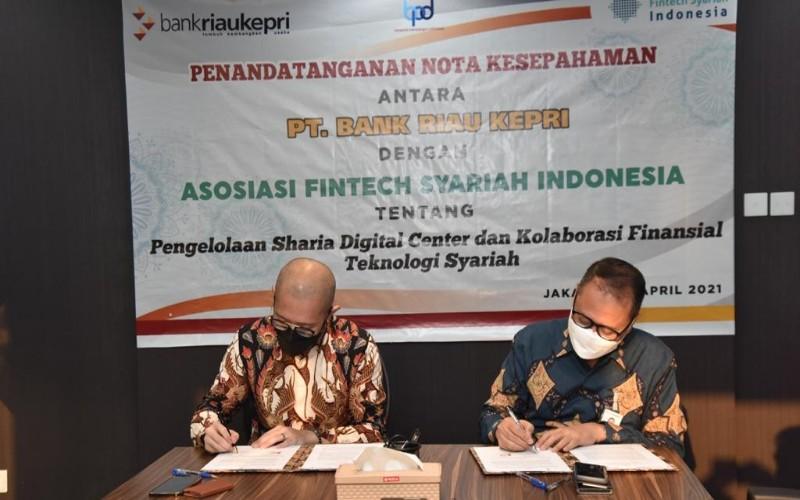 Penandatanganan kerja sama antara Bank Riau Kepri dengan AFSI oleh Direktur Utama Bank Riau Kepri Andi Buchari (kanan) bersama Ketua Umum AFSI Ronald Yusuf Wijaya (kiri), bertempat di Menara Imperium Suites A Lt.15, Jakarta Selatan.  - Istimewa
