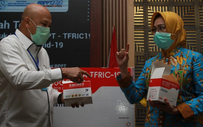 Kepala Badan Pengkajian dan Penerapan Teknologi (BPPT) Hammam Riza (kiri) bersama Wali Kota Tangerang Selatan Airin Rachmy Diani (kanan) menunjukkan PCR Test Kit yang disumbangkan ke Pemkot Tangerang Selatan untuk penanganan Covid-19 di Puspiptek, Tangerang Selatan, Banten, Kamis (4/6/2020) - Antara Foto/Muhammad