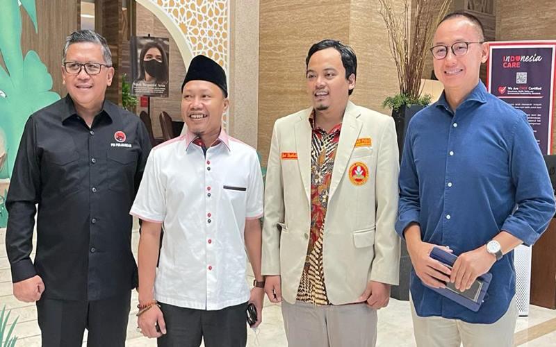 Sekretaris Jenderal (Sekjen) DPP PDI Perjuangan (PDIP) Hasto Kristiyanto (kiri) dan Sekjen Partai Amanat Nasional (PAN) Eddy Soeparno (kanan)rnjadi pembicara dalam Rapat Koordinasi Nasional Pemuda Muhammadiyah, bertema 'Konfigurasi Politik Pemuda Muhammadiyah Menyambut Pesta Demokrasi 2024'. Acara itu dihadiri pengurus Pemuda Muhammadiyah seluruh Indonesia, di Jakarta, Minggu (2/5/2021). - Dok.PDIP\r\n