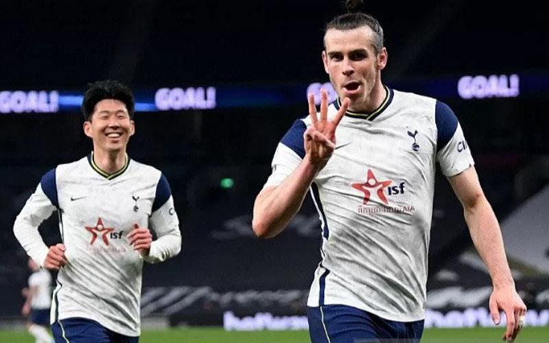 Penyerang Tottenham Hotspur Gareth Bale (kanan) menunjukkan tiga jarinya setelah mencetak hattrick ke gawang Sheffield United, diikuti Son Heung-min yang kemudian menambahi satu gol./Antara - Reuters
