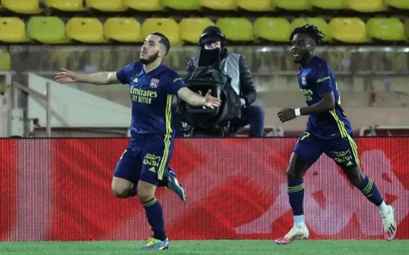 Bek sayap Lyon Rayan Cherki (kiri) melakukan selebrasi bersama Maxwel Cornet seusai mencetak gol penentu kemenangan atas AS Monaco./Antara - AFP