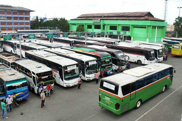 Awak bus menunggu penumpang di Terminal Induk Kota Bekasi, di Bekasi, Jawa Barat, Kamis (17/1/2019). - ANTARA/Risky Andrianto