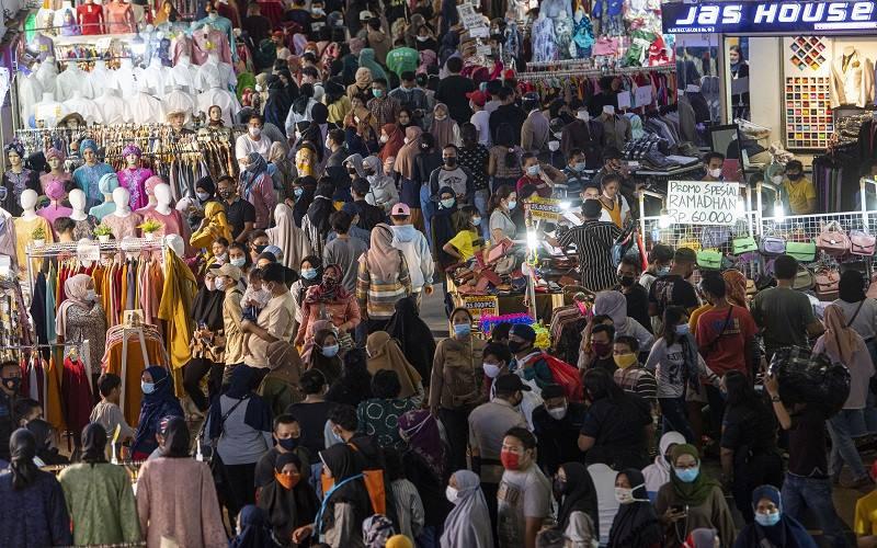Sejumlah warga memadati Blok B Pusat Grosir Pasar Tanah Abang untuk berbelanja pakaian di Jakarta Pusat, Minggu (2/5/2021). Gubernur DKI Anies Baswedan mengakui adanya lonjakan pengunjung di pusat tekstil terbesar se-Asia Tenggara tersebut. - Antara
