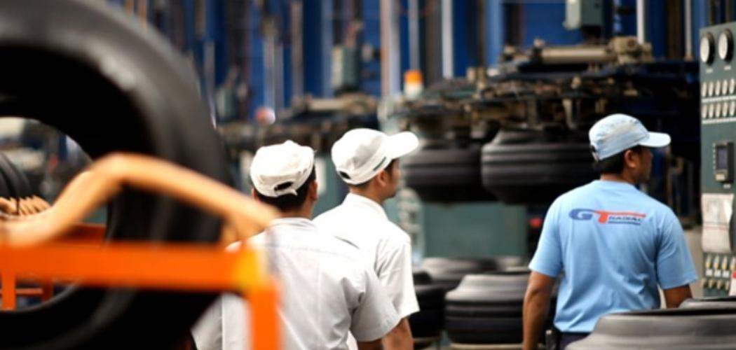 ilustrasi - Aktivitas pekerja di pabrik ban PT Gajah Tunggal Tbk. - gt/tires.com