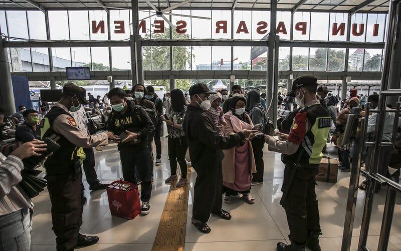 Calon penumpang antre untuk memasuki Stasiun Pasar Senen di Jakarta, Minggu (2/5/2021). Jelang pemberlakukan larangan mudik pada 6-17 Mei 2021 terjadi lonjakan penumpang kereta api di stasiun tersebut. - Antara/Dhemas Reviyanto.