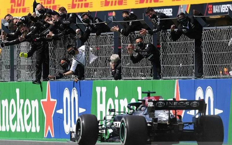 Teknisi tim Mercedes melakukan selebrasi ketika Lewis Hamilton memenangi Grand Prix Portugal di Sirkuit Algarve, Portimao. (2/5/2021)./Antara - AFP