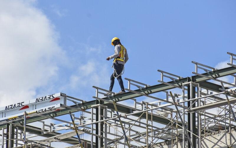 Seorang pekerja berjalan dirangka atap bangunan salah satu hotel di Mataram, NTB, Senin (19/4/2021). - Antara/Ahmad Subaidi.