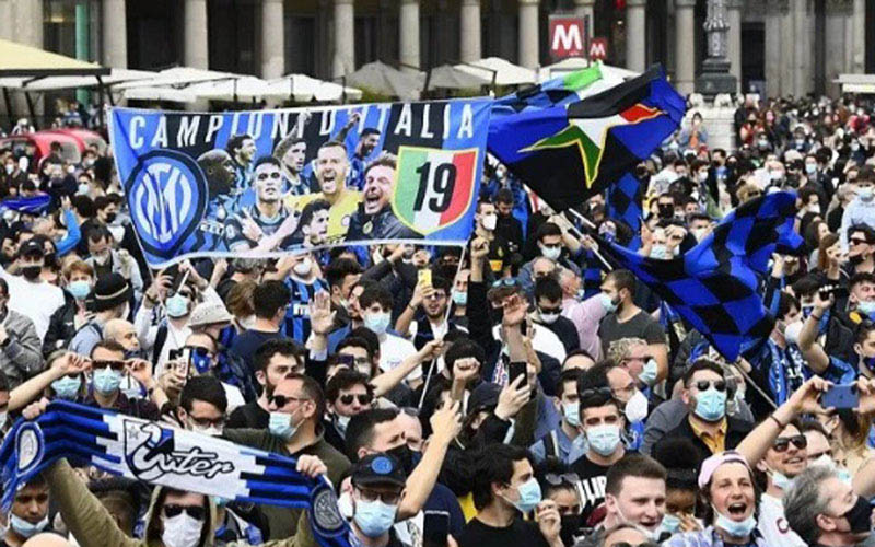 Pendukung Inter Milan merayakan gelar juara Serie A Italia musim 2020-2021 pada Minggu (2/5/2021)./Antara - Reuters