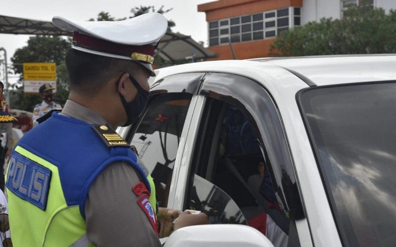 Pemeriksaan pemudik oleh petugas kepolisian