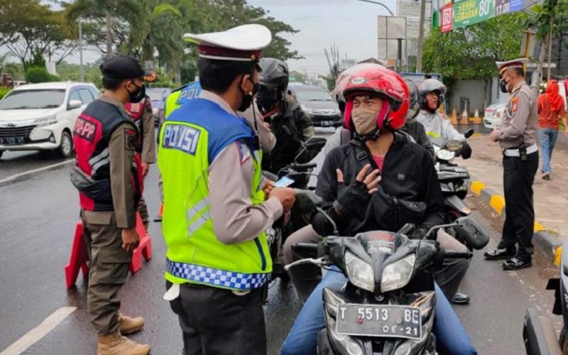 Penyekatan pemudik di Bundaran Ramayana, Kabupaten Cirebon, Senin (3/5 - 2021).