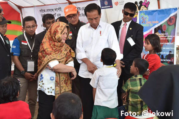 Jokowi mengunjungi pengungsi Rohingya yang ditampung di kamp pengungsi di Distrik Cox's Bazar, Bangladesh - @jokowi