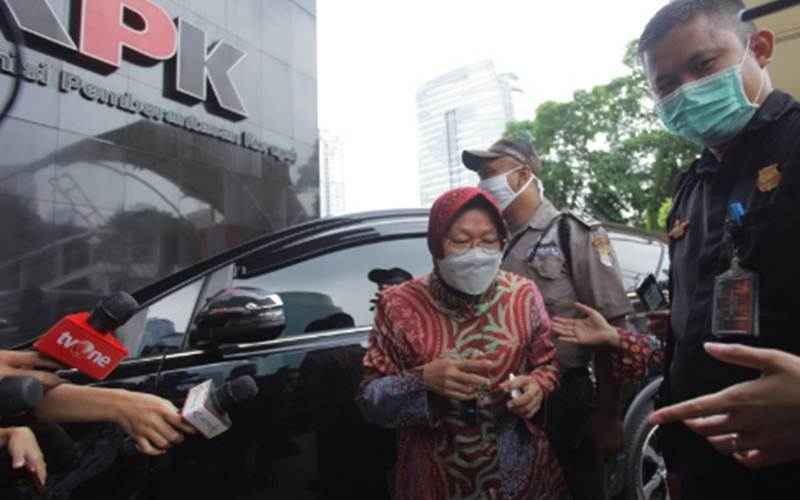 Dokumentasi - Menteri Sosial Tri Rismaharini (tengah) saat tiba di Gedung Merah Putih KPK, Jakarta, Jumat (30/4/2021). - Antara/Reno Esnir