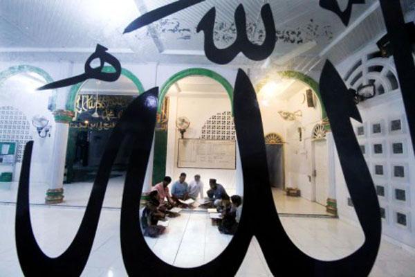 Warga kampung nelayan bertadarus membaca Alquran saat Ramadhan 1440 Hijriah di Masjid Al-Azhar Desa Pusong Lhokseumawe, Aceh, Jumat (10/5/2019) dini hari. Umat muslim memperbanyak amalan dengan membaca Alquran, berzikir, dan itikaf pada bulan suci Ramadan. - Antara/Rahmad