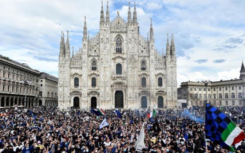 Pendukung merayakan Inter Milan juara Serie A 2020-2021 pada Minggu (2/5/2021)./Antara - Reuters