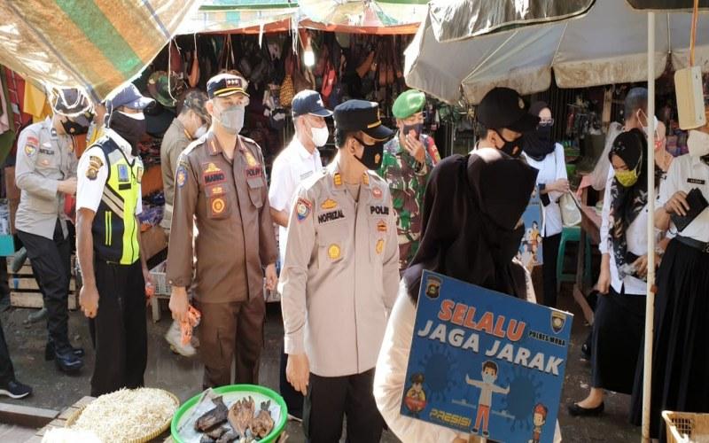 Pemkab Muba bersama tim gabungan memantau protokol kesehatan di pasar tradisional Sekayu. istimewa