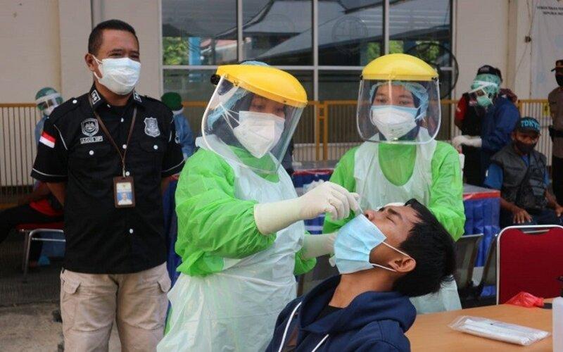 Petugas melakukan tes cepat antigen kepada penumpang kedatangan di Terminal Giri Adipura Wonogiri, Sabtu (1/5/2021). - Istimewa