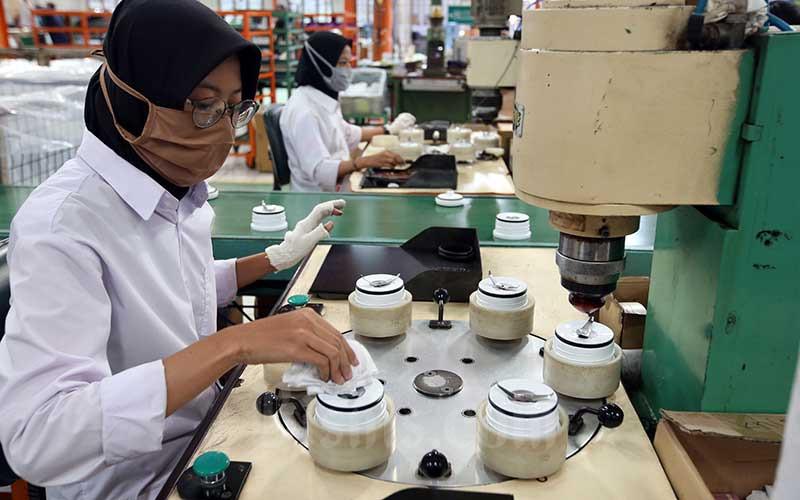 Pekerja menyelesaikan pembuatan perangkat alat elektronik rumah tangga di PT Selaras Citra Nusantara Perkasa (SCNP), Kabupaten Bogor, Jawa Barat, Rabu (19/8/2020). Bisnis - Abdullah Azzam